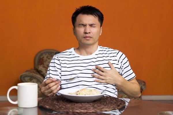 علائم سرفه بعد از خوردن غذا