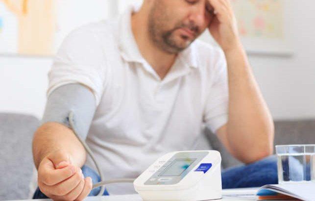 علائم فشارخون بالا درد قفسه سینه، اضطراب ،سردرد و سرگیجههای مداوم