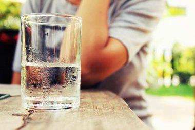 جلوگیری از سکته قلبی هر دو ساعت یک لیوان 8 اونسی آب بنوشید